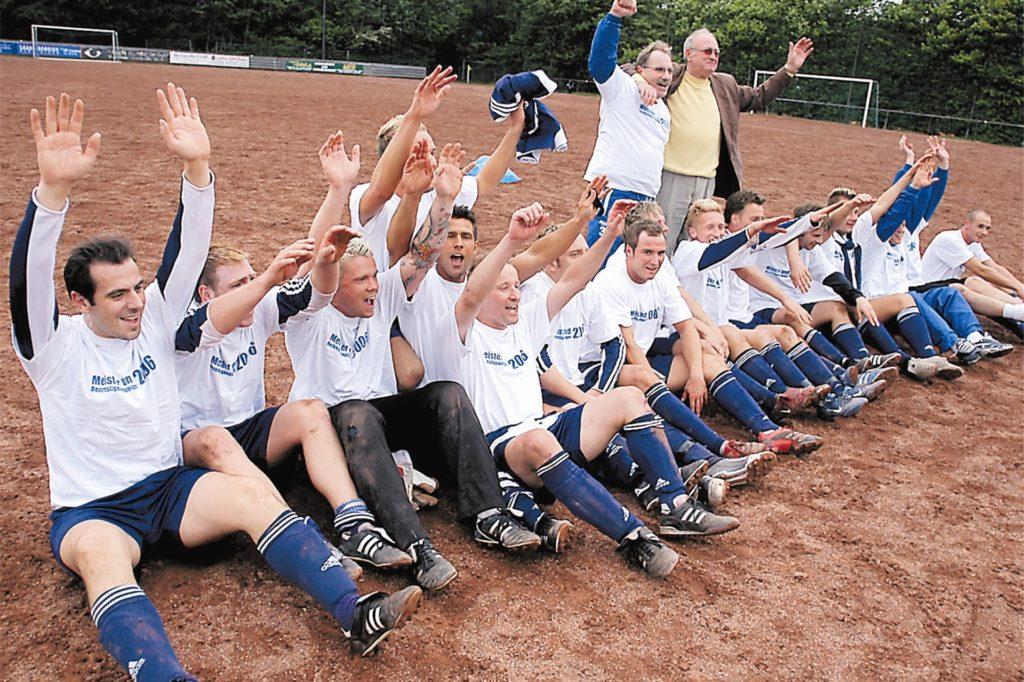 Feierten 2006 ausgiebig auf dem damaligen Ascheplatz an der Frohlinder Brandheide: die Kicker des Bezirksliga-Aufsteigers Wacker Obercastrop.