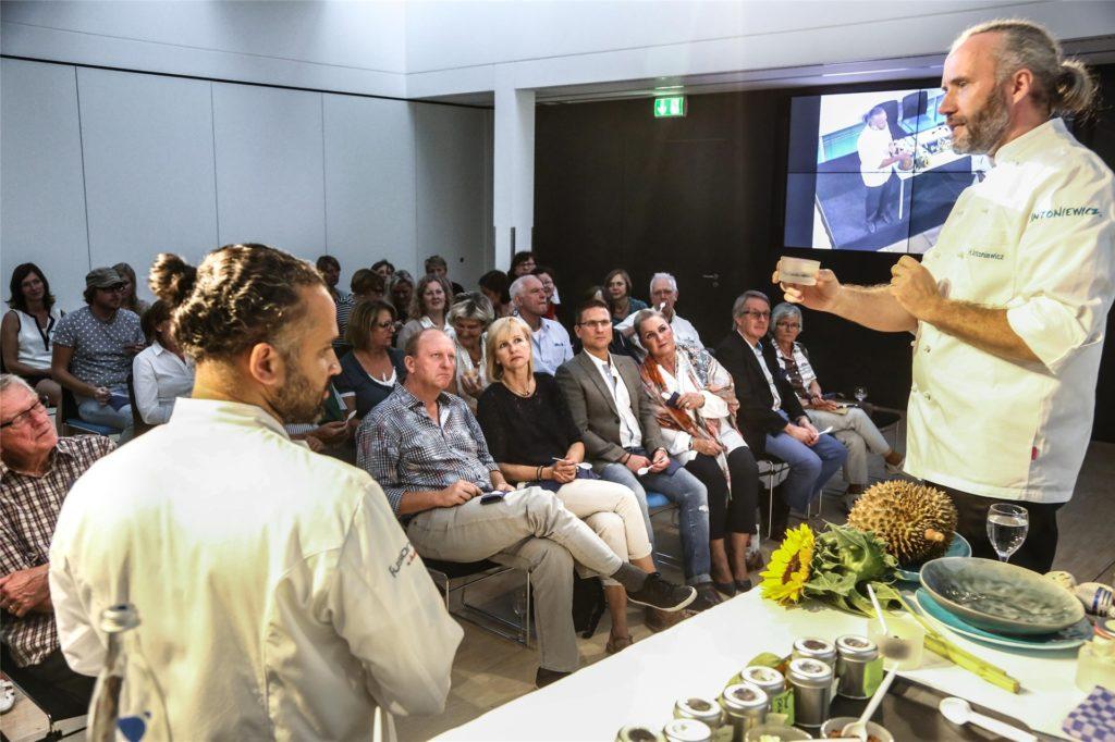 Der Spitzenkoch gibt sein Wissen in Vorträgen und Seminaren weiter, wie hier im Dortmunder Lensing-Carrée Conference Center LCC in Dortmund.