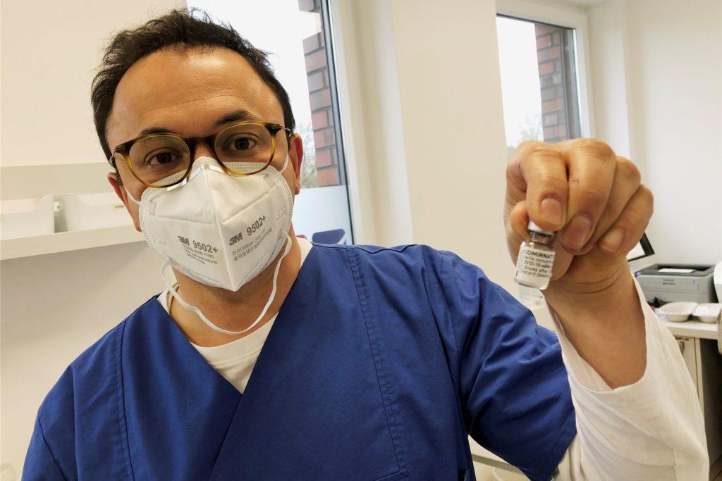 Eines der acht Flaschen mit Biontech-Pfizer-Impfstoff hält Dr. Akin Yilmaz-Neuhaus hier in der Hand. Sieben Impfdosen will er daraus gewinnen.