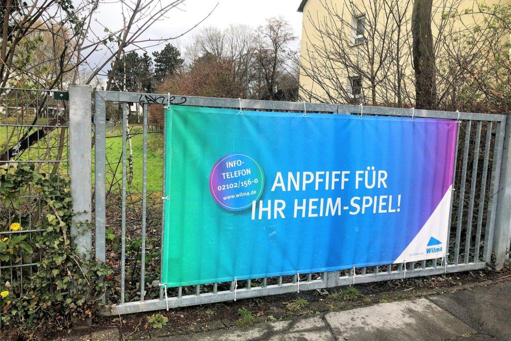 Mit einem Banner wirbt die Firma für das neue Wohnquartier.