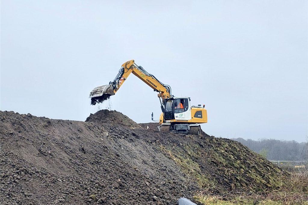 Der Bagger modellierte schon einmal das Gelände rund um Kanal und Emscher vor. Kommende Woche beginnt dann der Bau an der Brücke.