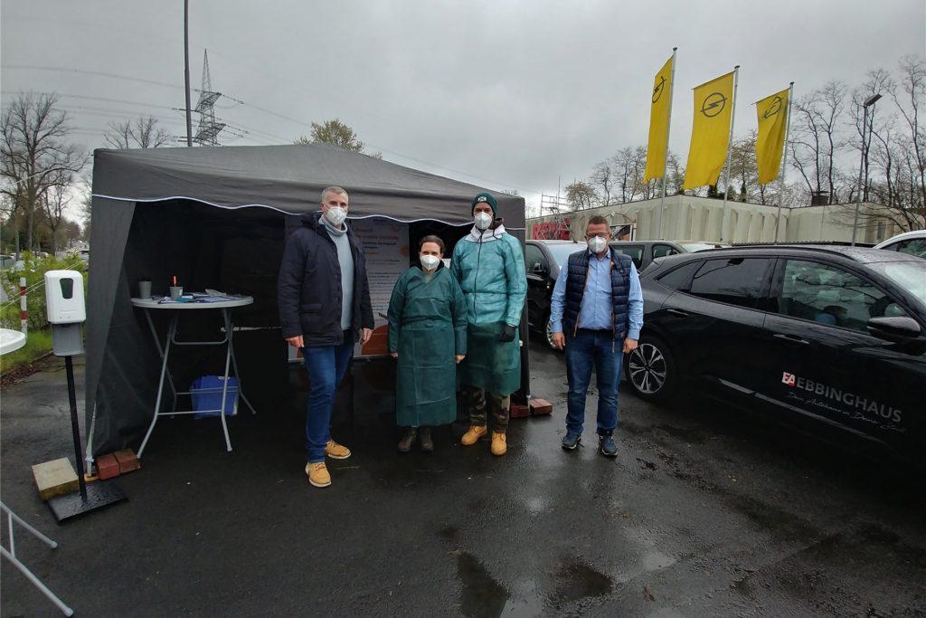 Ein mobiles Testzentrum hat das Autohaus Ebbinghaus in Dortmund auf seinem Firmengelände errichten lassen. Hier wird ohne Termin getestet.