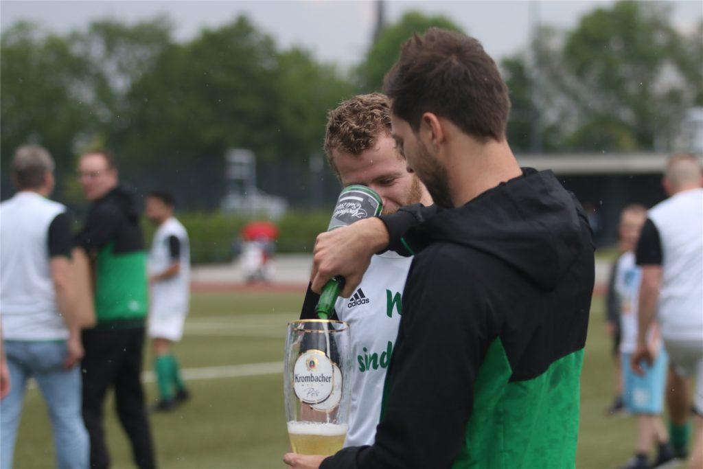 Marcel Dresken feiert den Aufstieg mit der SG Selm.