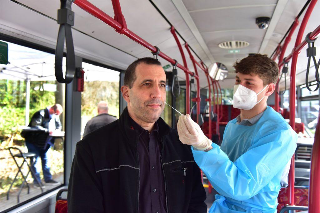 In einem Bus, der in ein Testmobil verwandelt wurde, werden die Abstriche der DSW21-Mitarbeiter genommen.