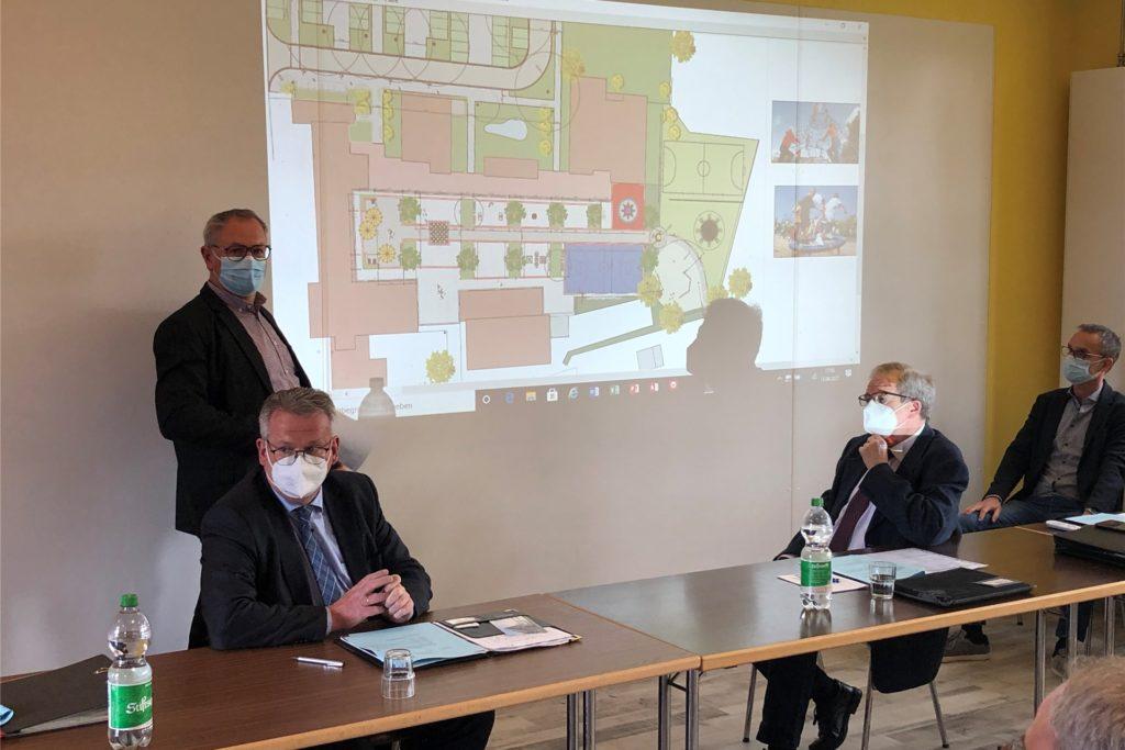 Die Planung für den Schulhof der Julia-Koppers-Gesamtschule stellte Bernd Roters (l.) im Schulausschuss vor.