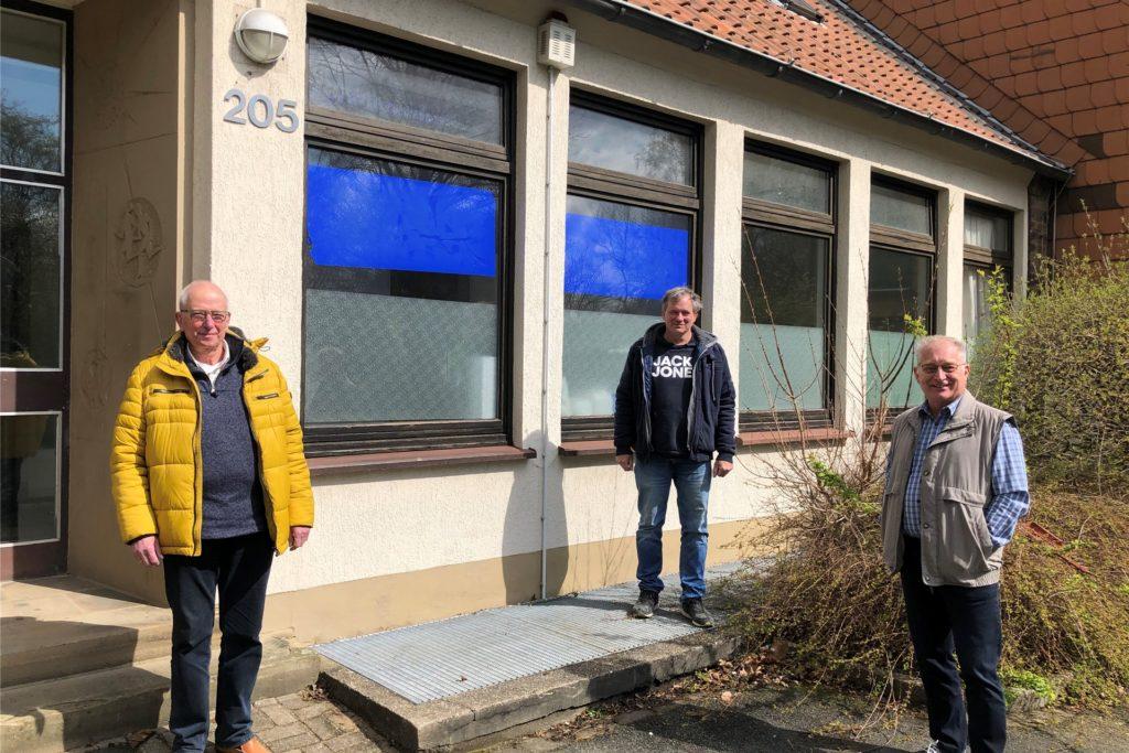 Wolfgang Jäkel, Walter Christoph und Dieter Scheck (v.l.) von den Funkamateuren vor dem Jugendheim Heeren. Sie nutzten das Gebäude als Vereinsheim, bis sie es Ende des vergangenen Jahres räumen mussten.