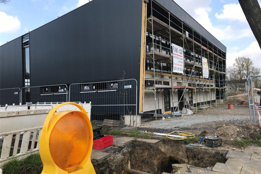 An der Pallasstraße entsteht gerade auch das neue Gerätehaus des Löschzugs Rauxel-Dorf der Freiwilligen Feuerwehr, das den alten Standort auf dem Hof Schulte-Rauxel ersetzen soll.