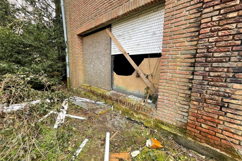 Immer wieder verschaffen sich Menschen Zugang zum Gebäude - offensichtlich teilweise auch ohne Rücksicht auf Verluste.