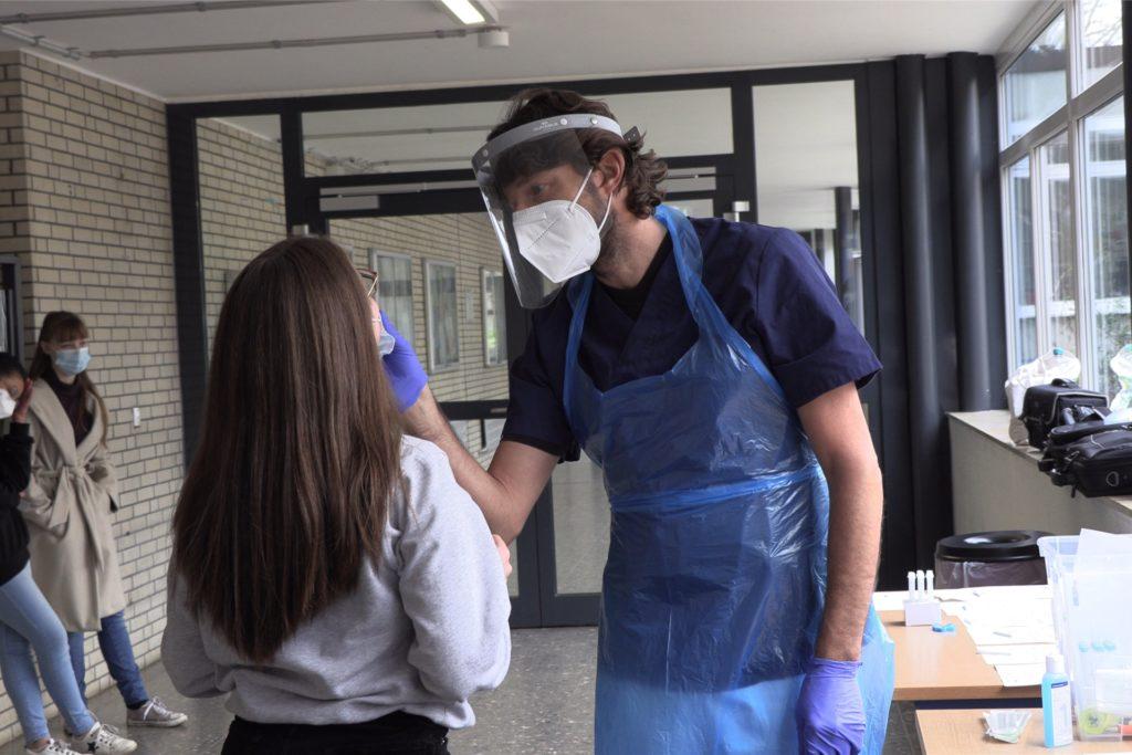Natürlich mussten die Schülerinnen und Schüler regelmäßig auf das Coronavirus getestet werden.