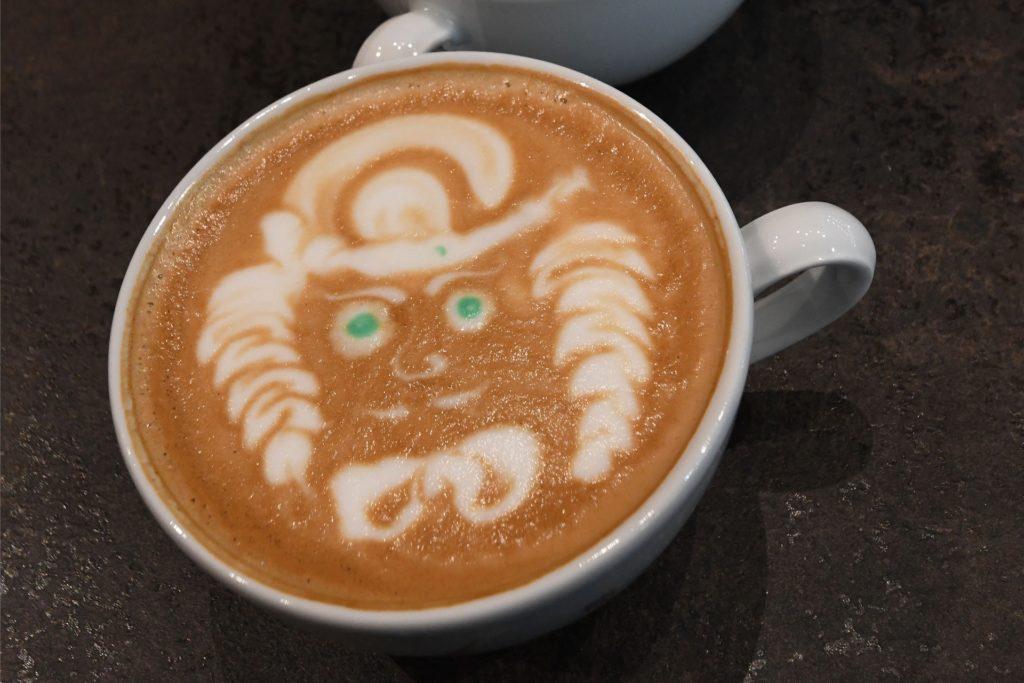 Profis verzieren ihre Kaffeespezialitäten auch noch.