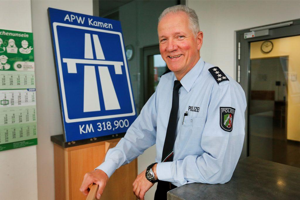 Manfred Blunk, Erster Polizeihauptkommissar und Stellvertretender Leiter der Autobahnpolizeiwache, erhält eine neue Fahrzeugflotte.