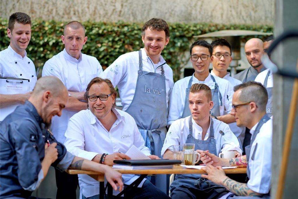 Der Chef und sein 3-Sterne-Team vom Restaurant La Vie in Osnabrück.
