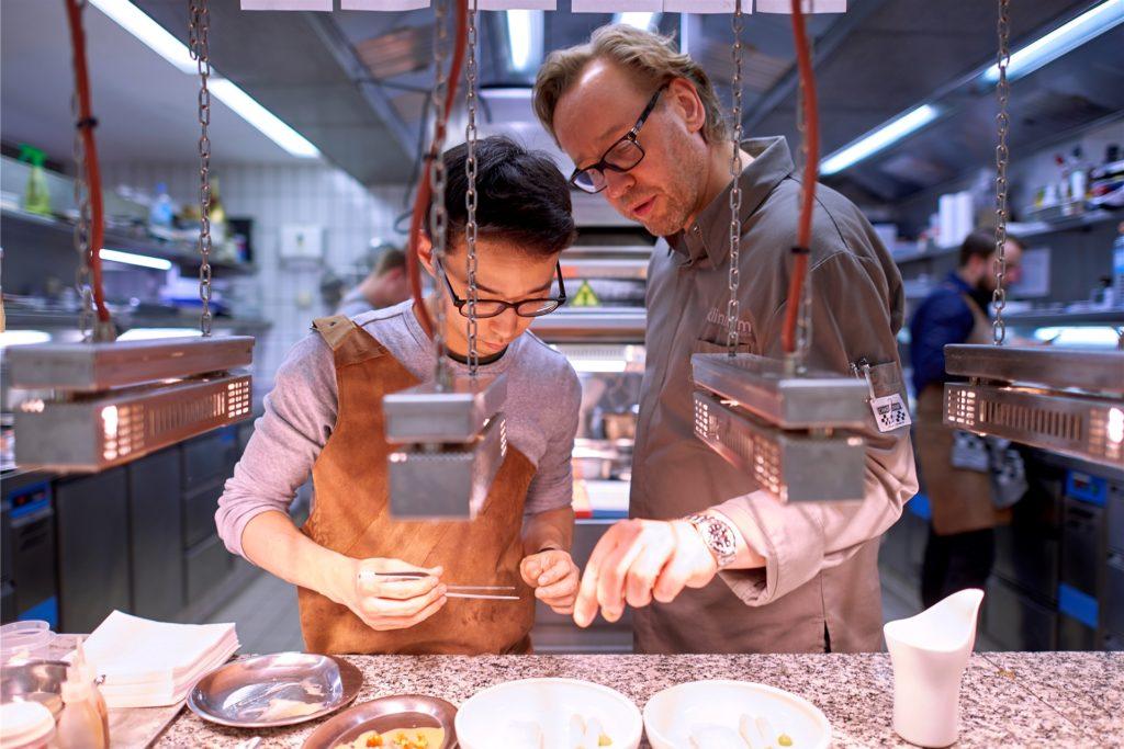 So wird das gemacht: Konzentriert bei der Arbeit. Der Küchenchef Thomas Bühner und ein Team-Mitglied.
