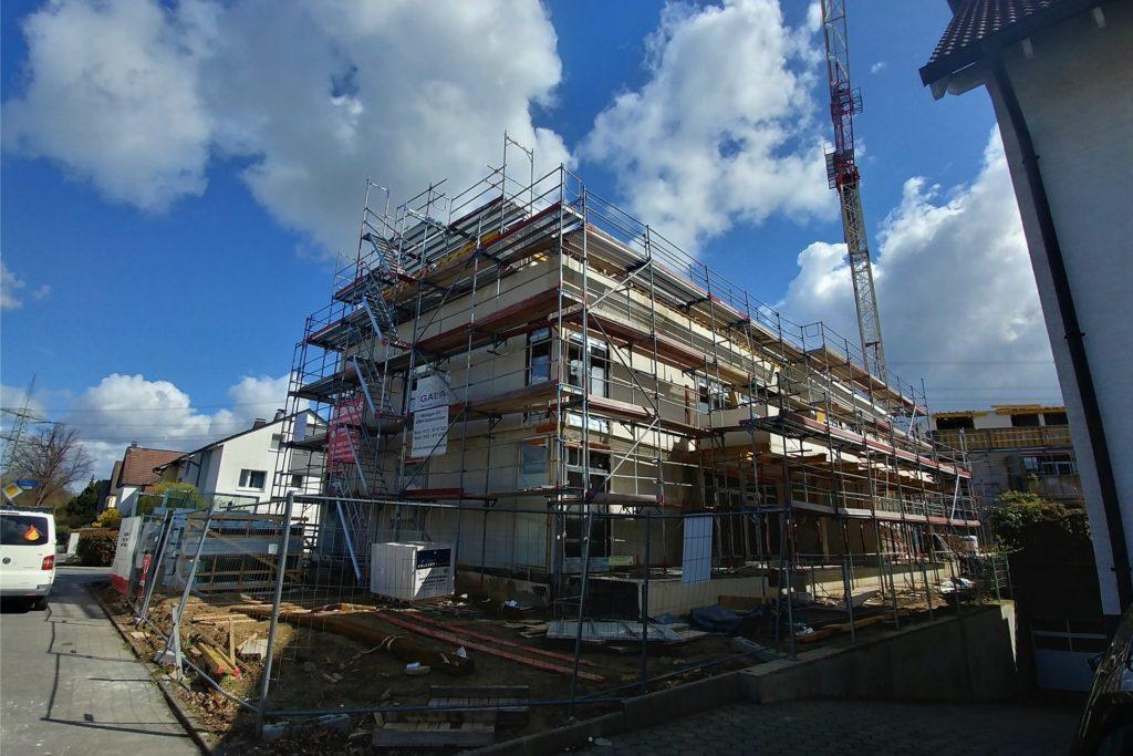 Die zwei Neubauten beinhalten insgesamt 14 Wohneinheiten, die zwischen 67 und 154 Quadratmeter groß sind.