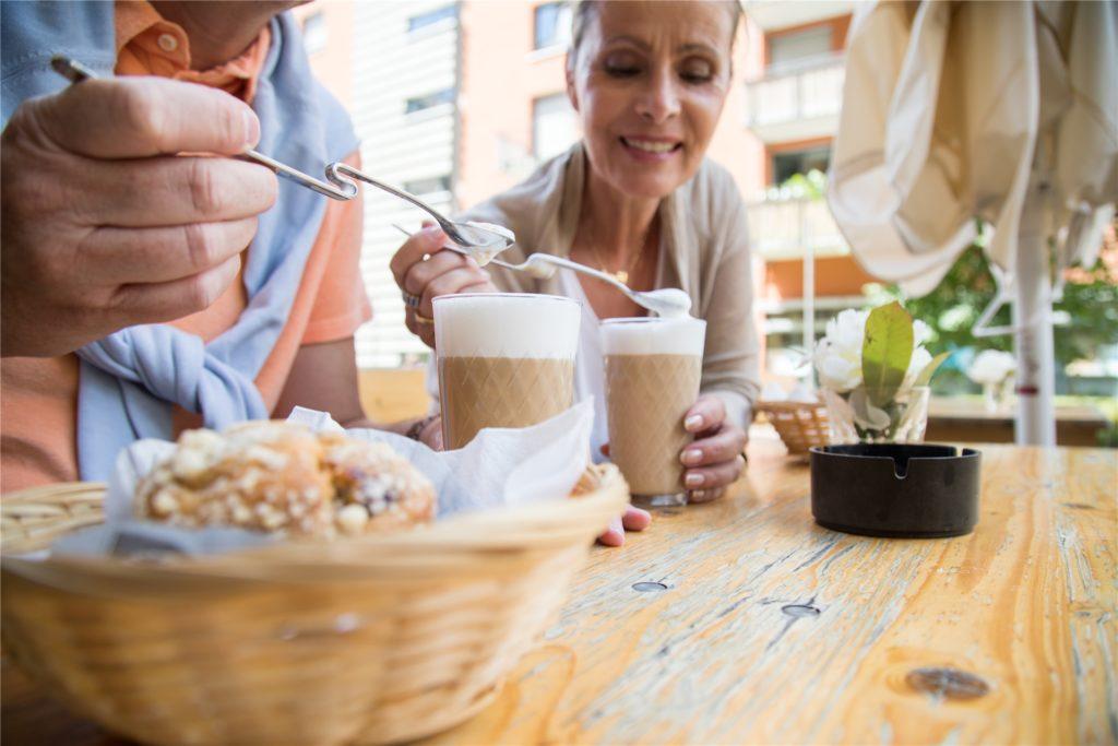Wer gerne Latte Macchiato trinkt, sollte an die Kalorien denken.