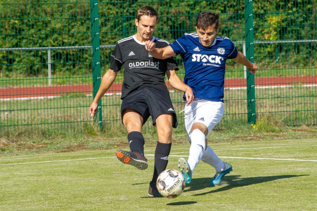 Abdulhadi Jaber (r.), hier im Duell mit Sythens Sebastian Hohaus, wird den ETuS Haltern im Sommer verlassen und zum TSV Marl-Hüls wechseln.