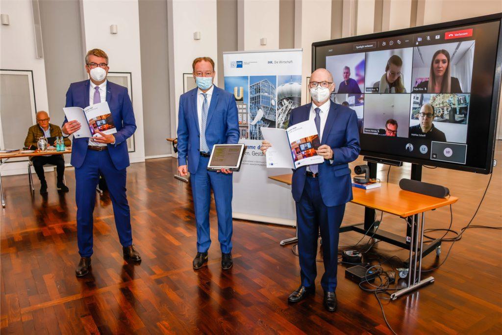 Stellten in Dortmund den IHK-Jahresbericht 2020 im Rahmen einer hybriden Pressekonferenz vor (v.r.): IHK-Präsident Heinz-Herbert Dustmann, IHK-Hauptgeschäftsführer Stefan Schreiber und der stellvertretende Hauptgeschäftsführer Wulf-Christian Ehrich.