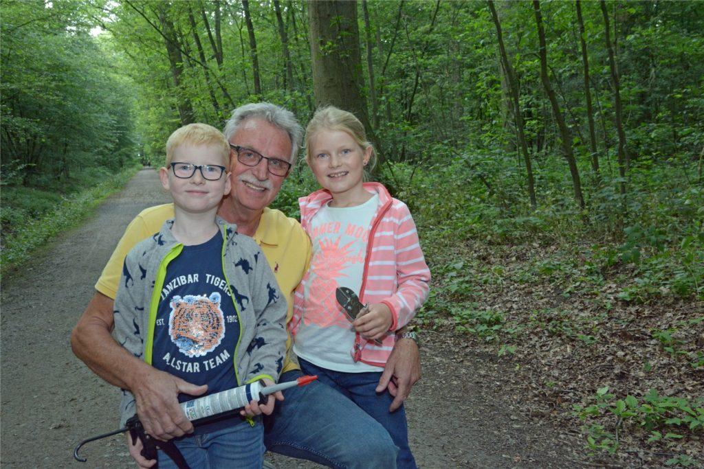 Gisbert Bensch und seine Enkel Verena (8) und Christopher (7) bringen im Sommer 2020 im Stadtwald die Markierungen für einen der 9 neuen Rundwanderwege in Werne an.