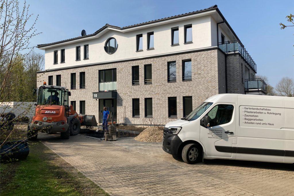 Letzte Arbeiten laufen vor dem neuen Mehrfamilienhaus an der Borker Straße 10.