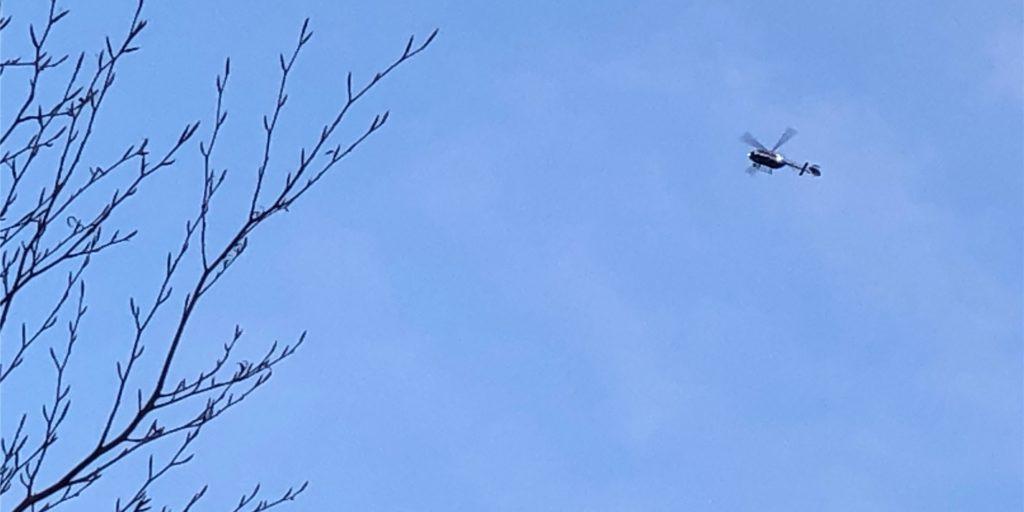 Ein Polizeihubschrauber fahndete nach flüchtigen Personen in Sythen.