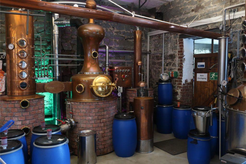 Die Märkische Spezialitätenbrennerei in Hagen-Dahl. In den blauen Fässern sind die Destillate von privaten Kunden.