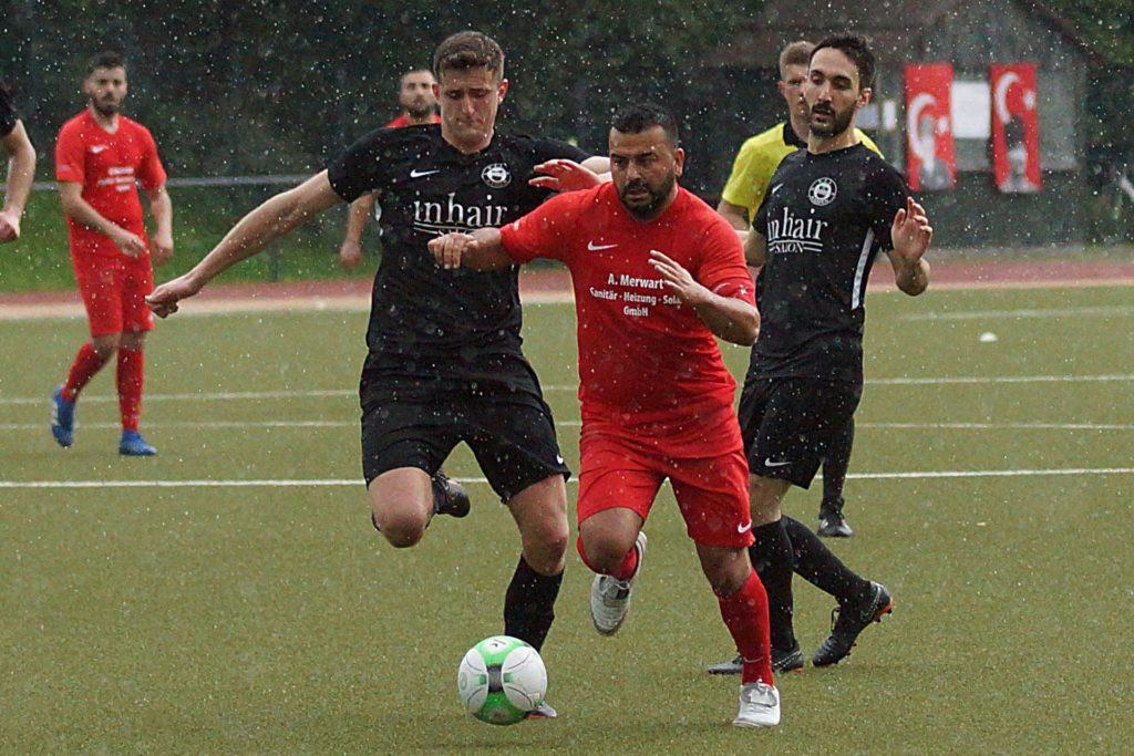 Tutku Tekkanat (rotes Shirt) muss sich hier gegen Burim Losaj (links) behaupten, den es zurück zum VfL Kamen zieht.