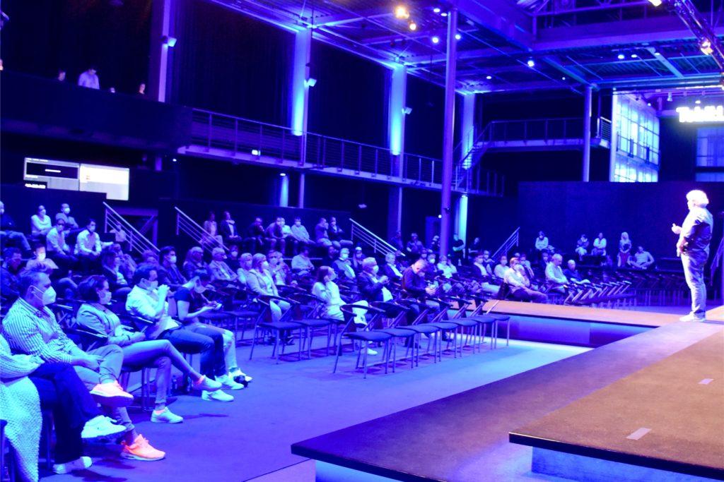 """Rund 70 Gäste verteilten sich im Atrium. Weitere 2000 Zuschauer verfolgten Tobias Grotens """"Digital Bedtime Story"""" vor dem Bildschirm."""