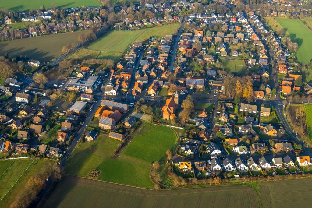 """In Lavesum wird der Dorfkern mit dem Bebauungsplan """"Am Schafstall"""" abgerundet (grüne Wiese im Hintergrund links)."""