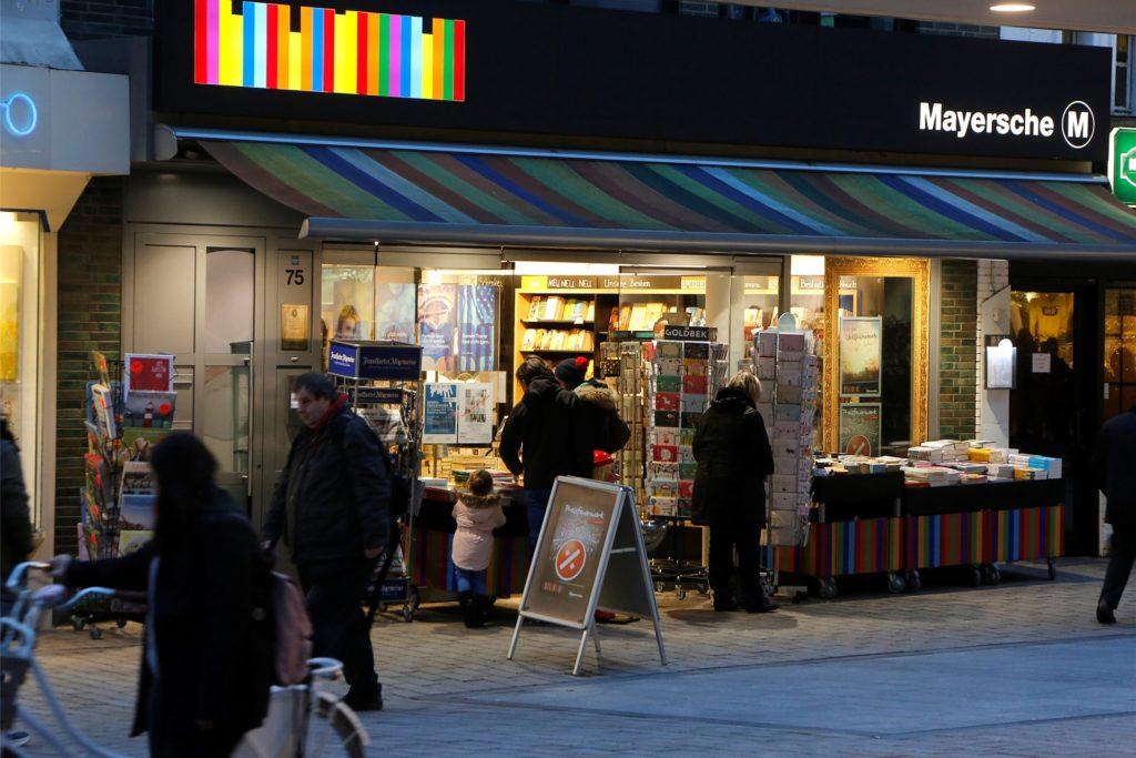 Die Mayersche Buchhandlung, hier ein Bild vor der Maskenpflicht in der Fußgängerzone, ist eine der wenigen großen Frequenzbringer in der Innenstadt.