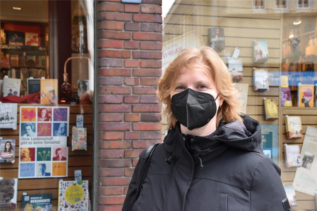 Ohne Brille, dafür mit Kontaktlinsen - auch das ist ein Glücksmoment. Martina Plath freut sich, dass sie nach langem Warten endlich angepasste Kontaktlinsen bekommen hat.