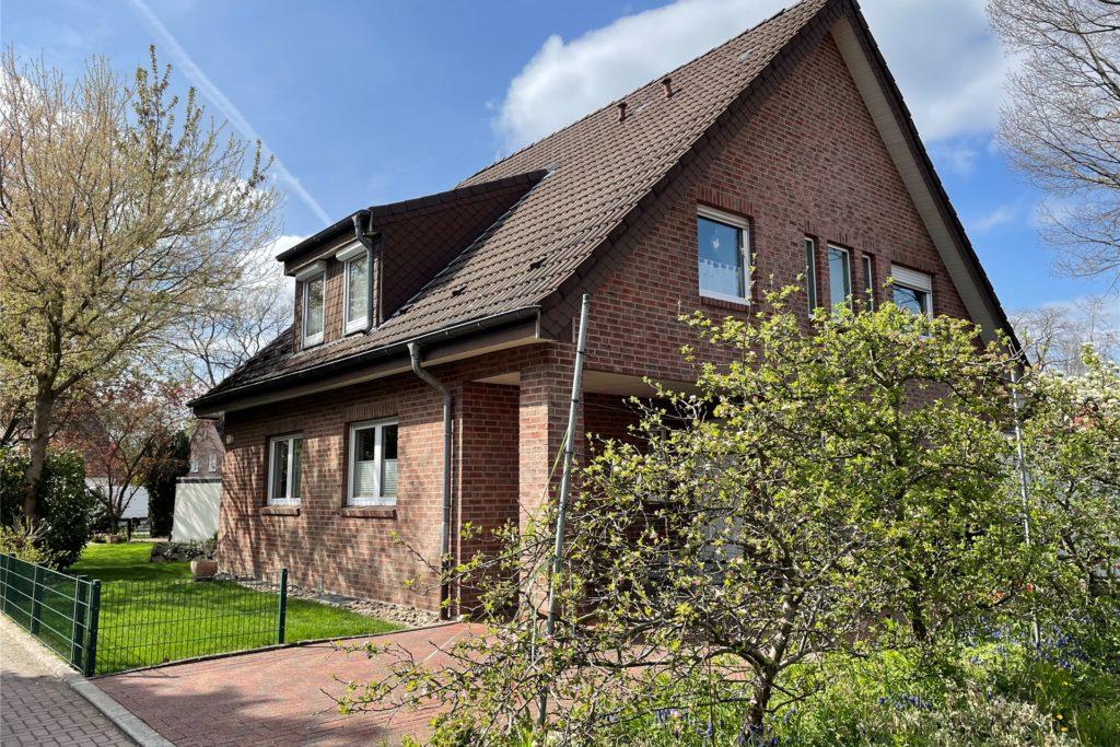 Nur vier Minuten zu Fuß vom Bahnhof Kamen liegt dieses Zweifamilienhaus.