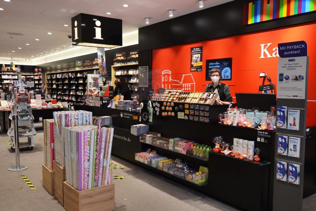 Bianca Jahn öffnete am Samstagmorgen nach einer Mitteilung aus ihrer Zentrale die Mayersche Buchhandlung. Kunden und Mitarbeiter warteten bis zum Nachmittag auf eine klare Regelung.