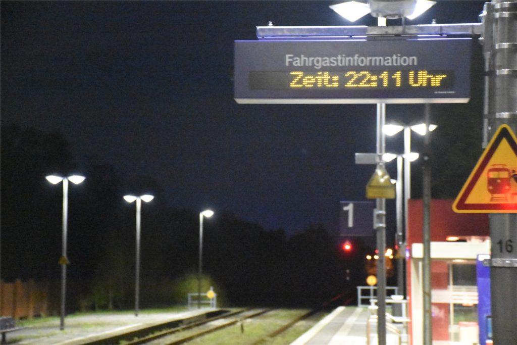 In Ahaus wartet am Samstagabend niemand auf den letzten Zug, der trotz Ausgangssperre gefahren ist.