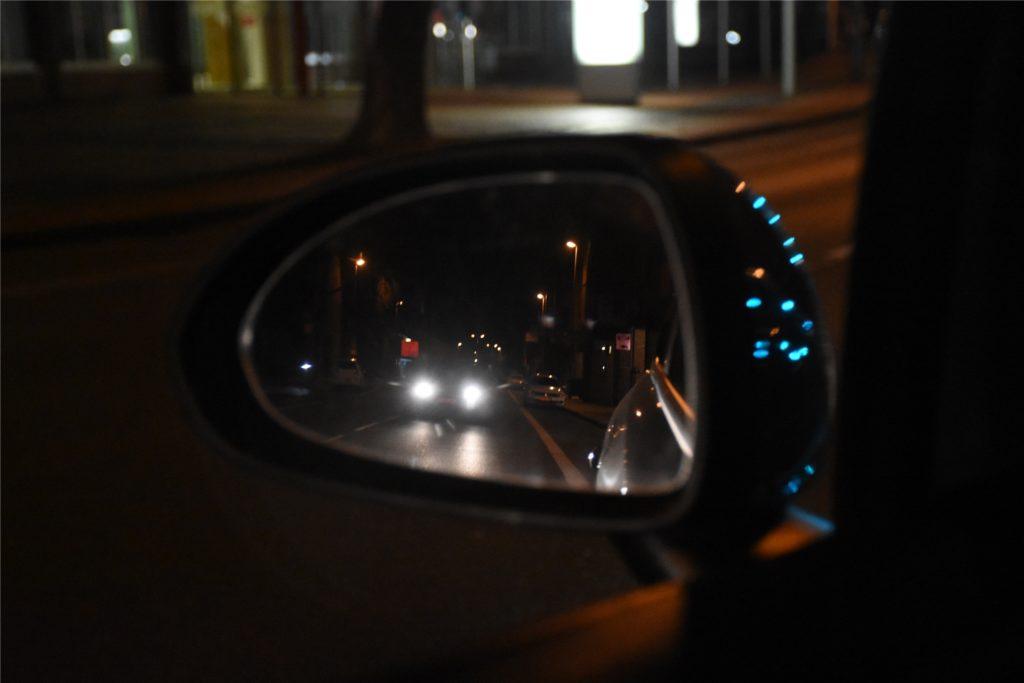 Auf der Bahnhofstraße begegnen unserer Redakteurin immer wieder Autos. Es werden jedoch weniger, je später es wird.