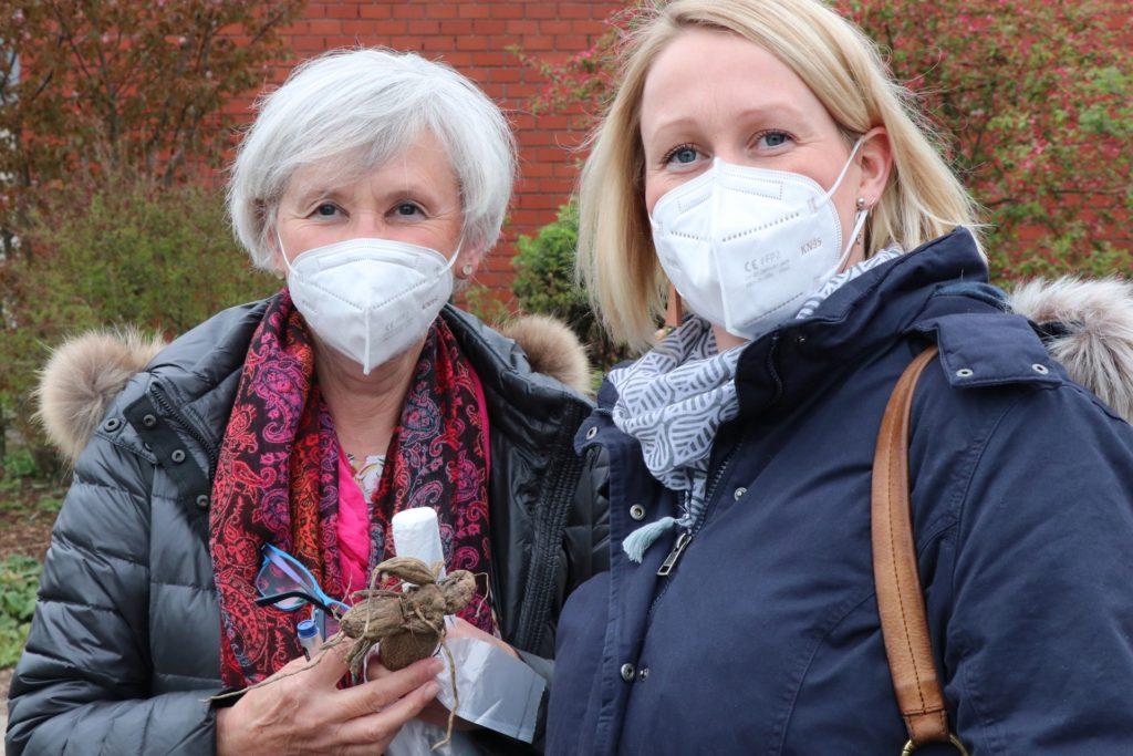 Reinhild Musholt aus und ihre Tochter Bettina haben sich hier schon im vergangenen Sommer ein paar Sorten ausgeguckt. Die passenden Knollen haben sie nun beim Pflanzenmarkt gefunden.