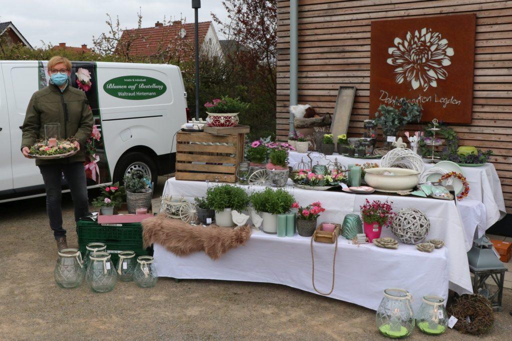 Floristin Waltraud HIntemann freut sich, auf dem Pflanzenmarkt ausstellen zu können.