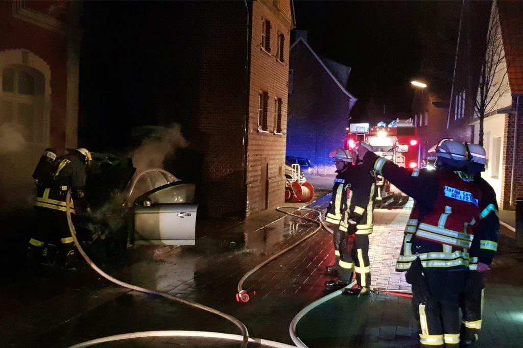 Die Feuerwehr Legden löschte einen PKW-Brand auf der Kirchstraße in Legden.