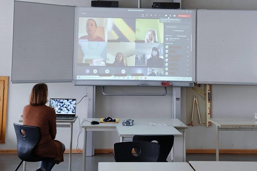 Die Neuntklässler kommunizierten per Videokonferenz mit der Familie Stowermann.
