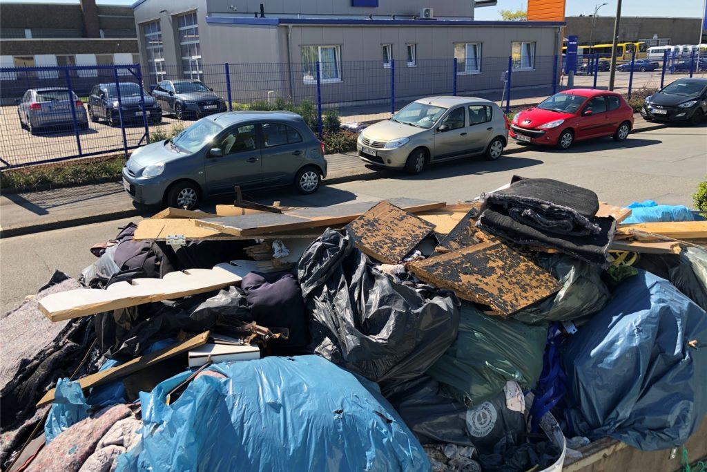 Auf dem Anhänger findet sich Müll, wie er bei einer Wohnungsrenovierung anfällt
