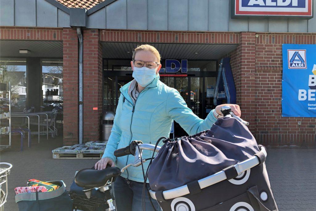 Birgit Hollstegge aus Oeding wunderte sich am Montagnachmittag über weniger Einkaufswagen vor dem Aldi als sonst. Von der weiteren Kundenbeschränkung hatte sie noch nicht gehört. Aber: Sie geht sowieso nicht zu Stoßzeiten einkaufen.