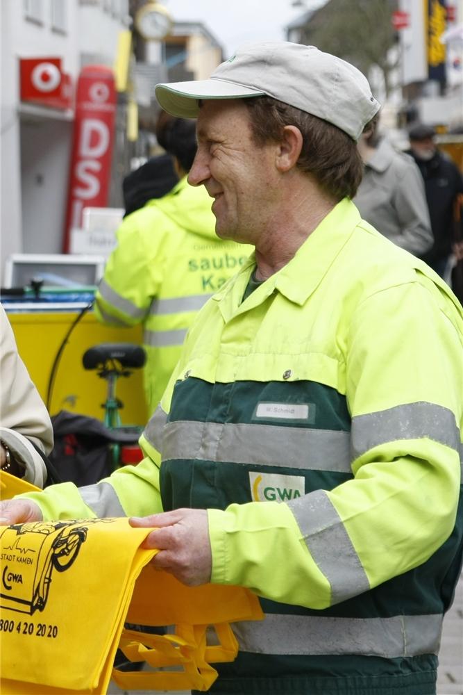 Waldemar Schmidt im Jahr 2011, als er acht Jahre zum Team der leuchtend gelben Reinigungskräfte zählte und in der Fußgängerzone über seine Arbeit informierte. Morgens um 7.45 Uhr satteln sie ihre Lastenfahrräder und sammeln säckeweise Müll von Straßen, Gehwegen und aus Gräben.