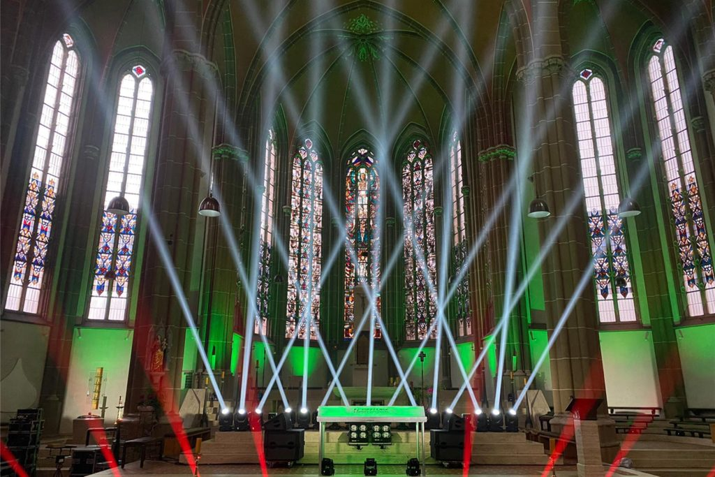 Spotlights und Musik von Scheffwell: Die St.-Otgerkirche präsentierte sich am Samstagabend beim Benefizkonzert in ganz neuem Licht.