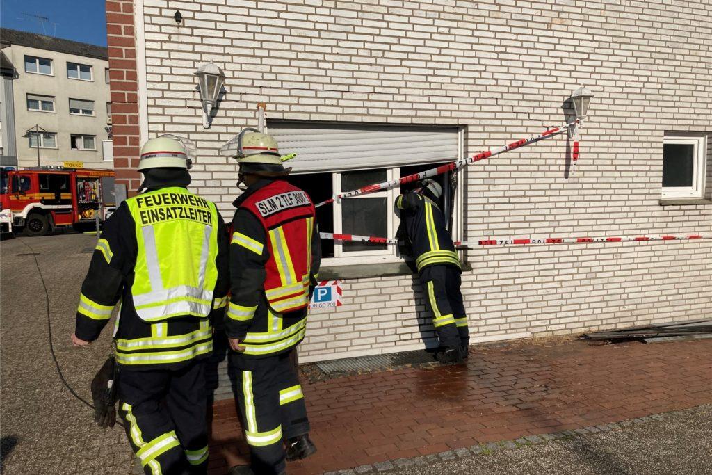 Immer wieder versicherten sich die Feuerwehrleute, dass keine Glutnester übrig blieben.