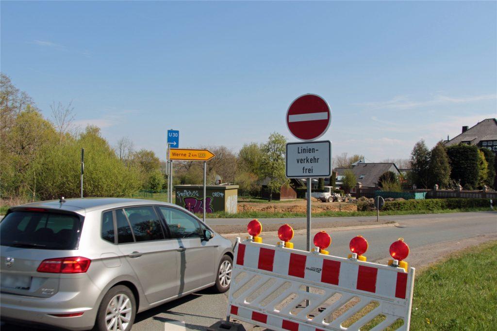 Das Schild verbietet war eindeutig die Durchfahrt, steht aber wegen der Busse, die passieren dürfen, nur am Straßenrand. Viele übersehen es und fahren einfach durch.