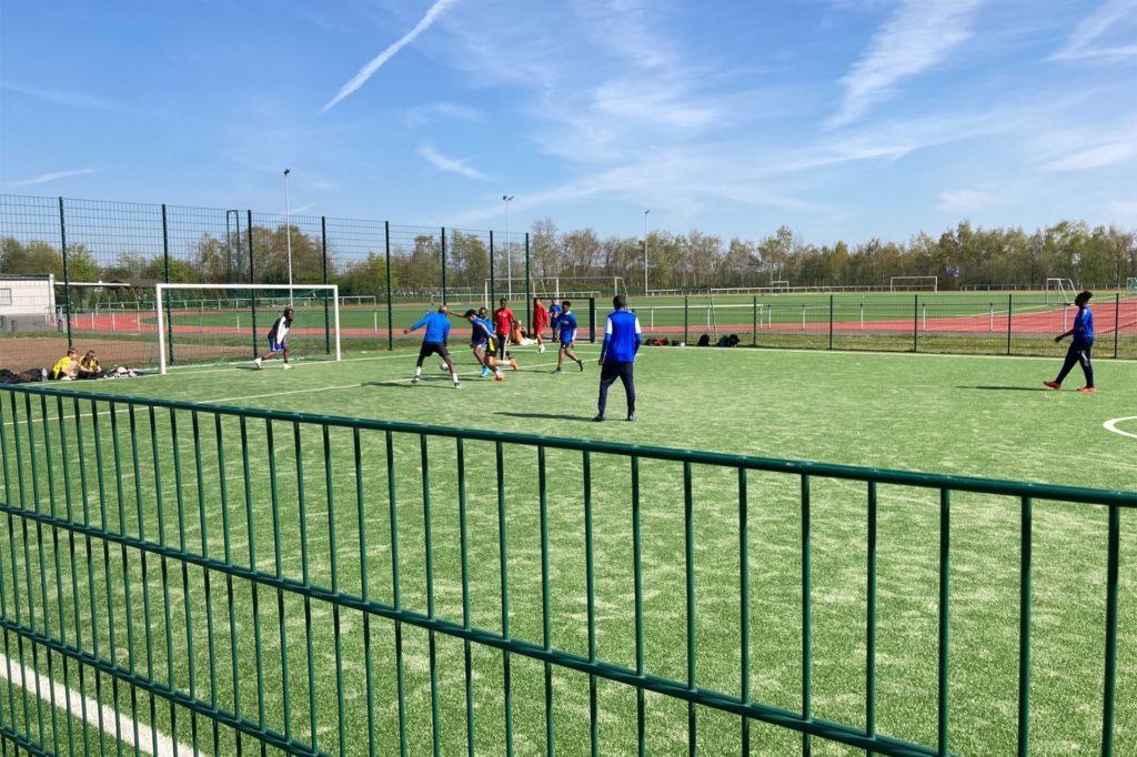 Kicken in Corona-Zeiten: Am Freitag sollen auf diesem Platz 58 Personen Fußball gespielt haben.