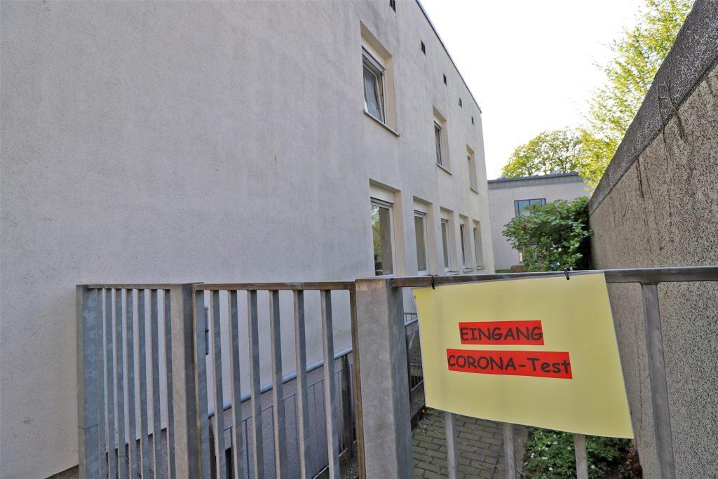 Über einen Seiteneingang geht es zum Corona-Test. Das Gemeindehaus im Kirchen-Viertel liegt am Schwesterngang 1.