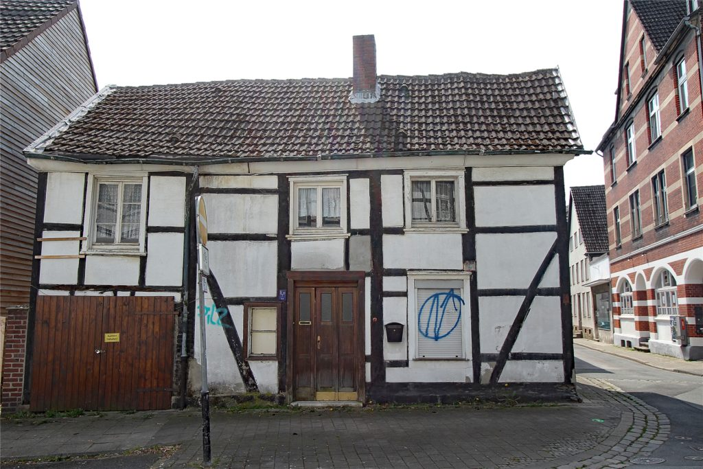Auch die Nachbargebäude sind teilweise renovuierungsbedürftig. Andere Häuser in dem Viertel wurden liebevoll saniert.