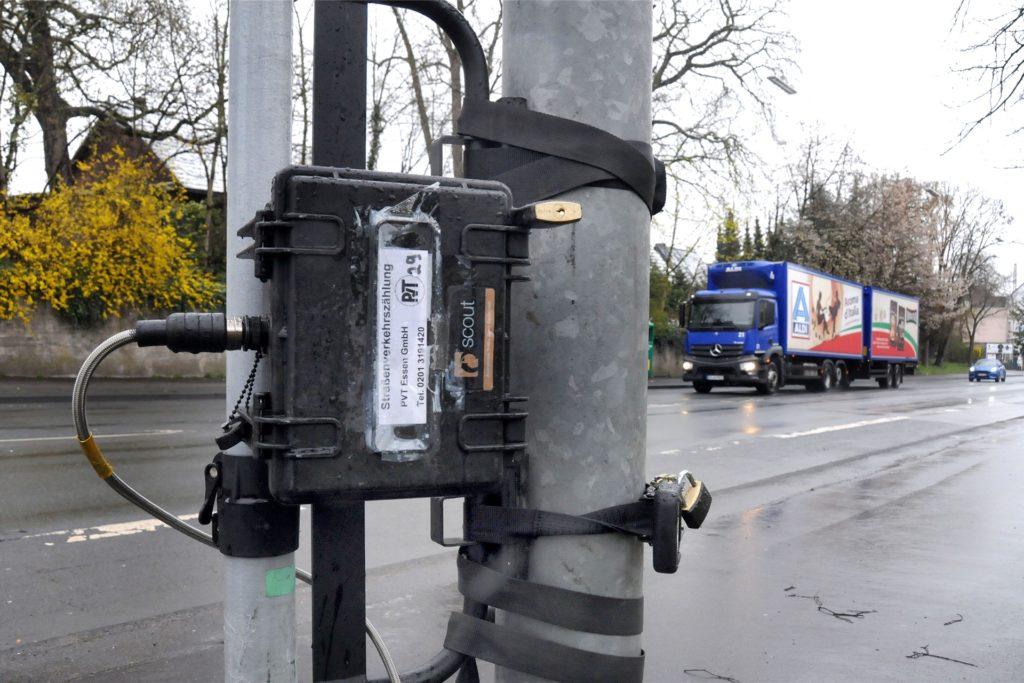 Mit Vorhängeschlössern ist das Zählgerät an dem Eisenmast an der Hörder Straße gesichert. Es erfasst den Verkehrs nach verschiedenen Fahrzeugarten - vom LKW bis zum Fahrrad.