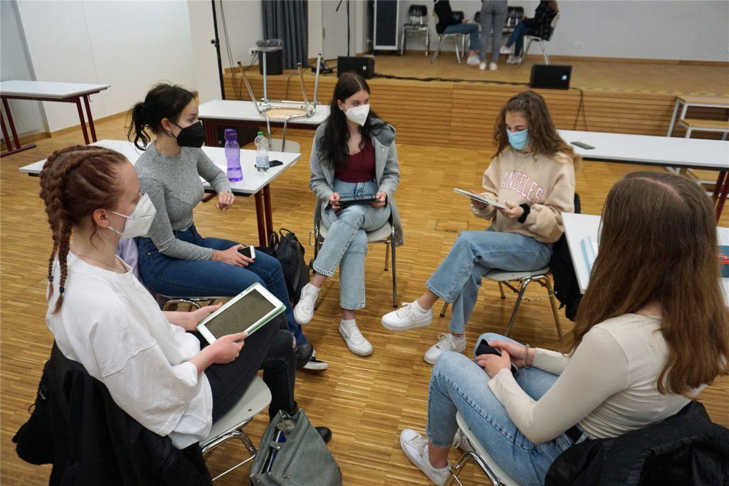 Amirah, Juliane, Lina, Emilia und Maike vom Literaturkurs des Vestischen Gymnasiums Kirchhellen üben ihre Gedichte und geben sich gegenseitig Feedback.