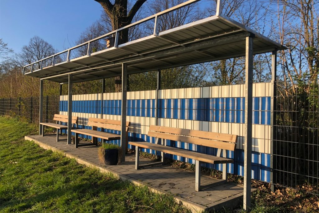 Der SV Südkirchen hat eine Überdachung für drei Bänke gebaut.